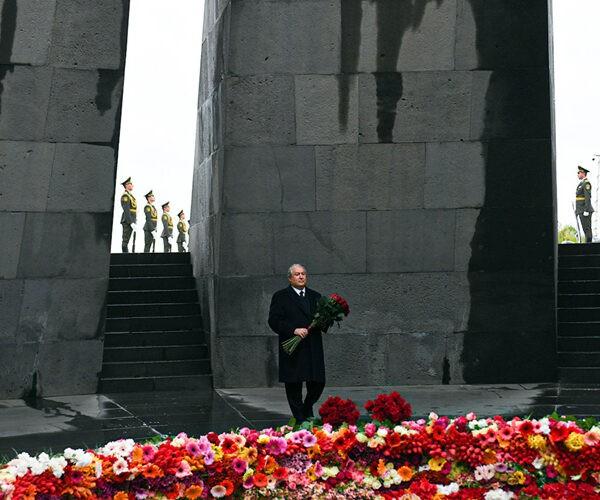 Արմեն Սարգսյանը Ծիծեռնակաբերդում հարգանքի տուրք է մատուցել Հայոց ցեղասպանության զոհերի հիշատակին