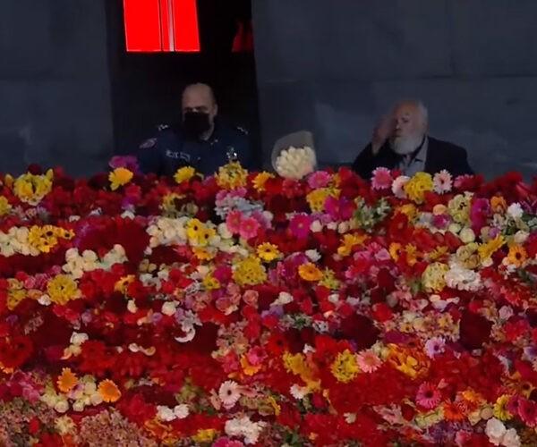 82-ամյա Արտուշ Միրզոյանը, այնուամենայնիվ, ծաղիկներ է խոնարհել Ծիծեռնակաբերդի հուշահամալիրում (տեսանյութ)