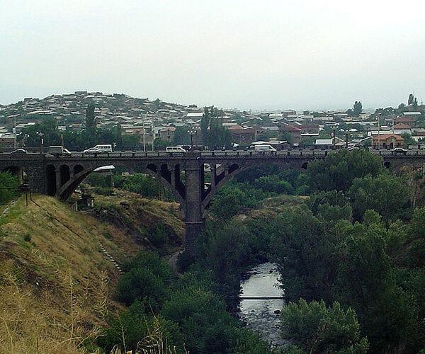 23-ամյա եւ 42-ամյա քաղաքացիները փորձել են նետվել կամրջից