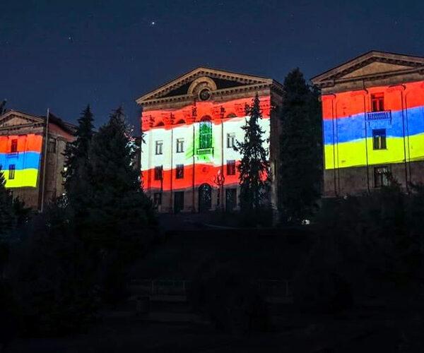 ԱԺ-ի եւ Երեւանի քաղաքապետարանի շենքերը լուսավորվել են Լիբանանի դրոշի գույներով