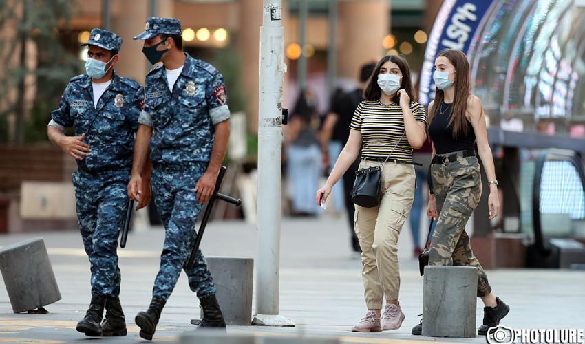 Դիմակով անցորդներ եւ ոստիկաններ Երեւանում