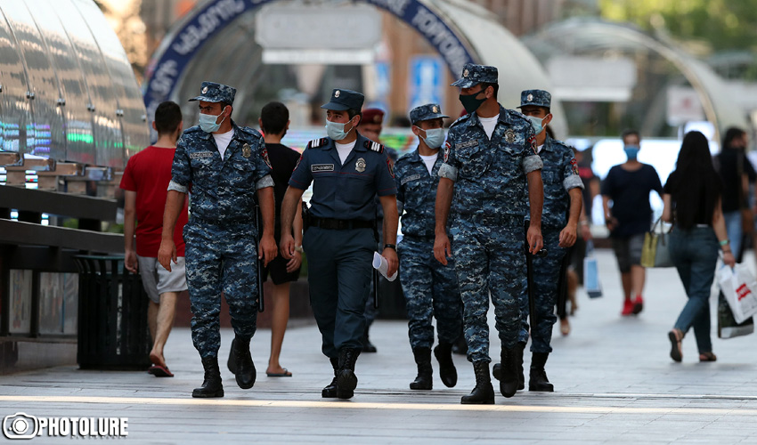 Ոստիկաններ Երեւանում՝ արտակարգ դրության ժամանակ