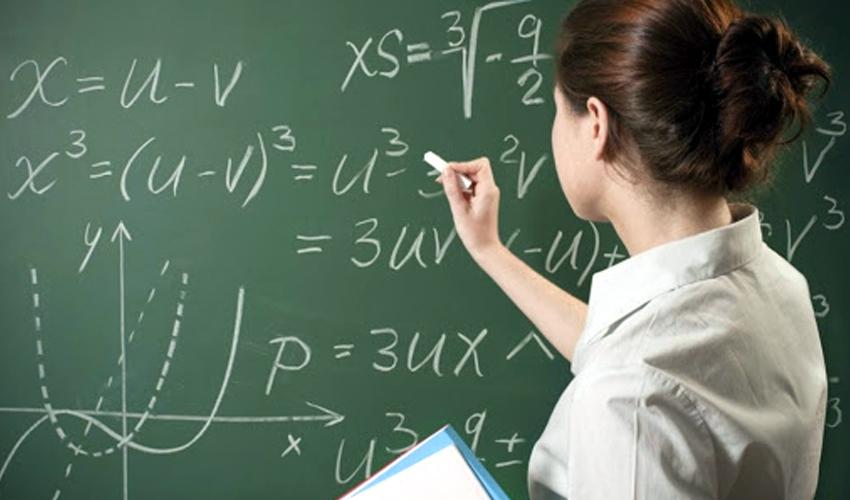 Ուսուցիչը՝ գրատախտակի մոտ