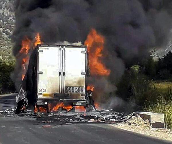 Երևան–Մեղրի ավտոճանապարհին բեռնատար է այրվում. ճանապարհը երկկողմանի փակ է