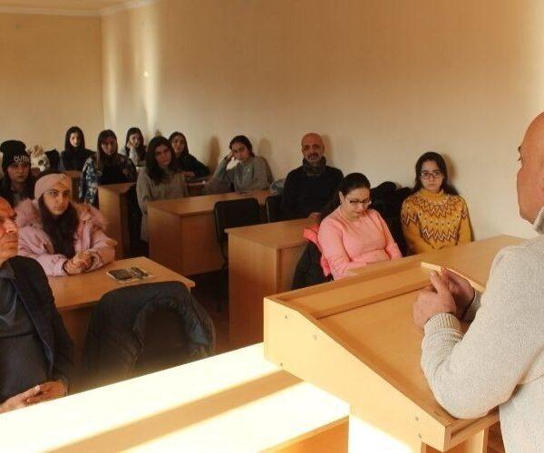 ԱրՊՀ ուսանողները հանդիպել են արցախյան  ազատամարտի  մասնակից, հոգեբան Ապրես  Զոհրաբյանի հետ