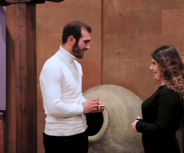 Ամուսնության անակնկալ առաջարկ՝ թանգարանում (տեսանյութ)