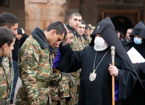 Կաթողիկոսն օրհնում է զինվորներին