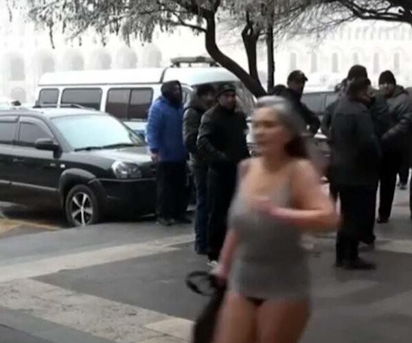 Կիսամերկ կինը՝ կառավարության շենքի մոտ (տեսանյութ)