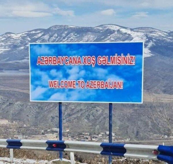 «Բարի գալուստ Ադրբեջան» գրությամբ ցուցանակ՝ Հայաստանի ճանապարհին