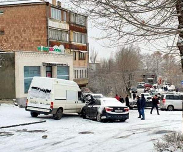 Շղթայական վթարների պատճառով Նոր Նորքի 4-րդ զանգվածի Ա. Հովհաննիսյան փողոցը դարձել է ոչ երթևեկելի