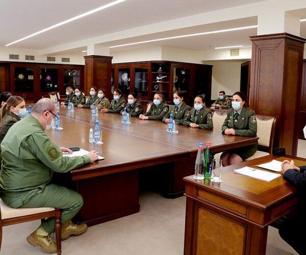Պաշտպանության նախարարը հանդիպել է ռազմաուսումնական հաստատությունների կին շրջանավարտների հետ