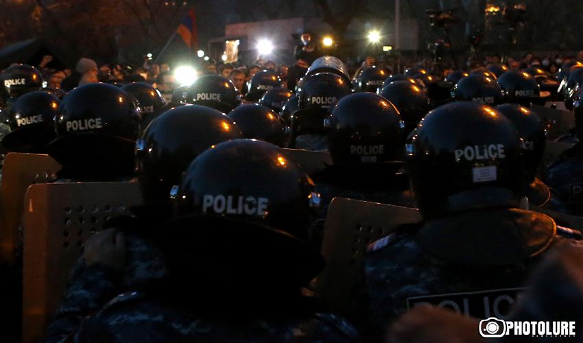 Ոստիկաններ՝ Երեւանի Դեմիրճյան փողոցում։