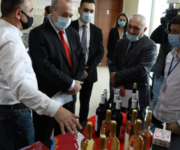 Քոլեջների ուսանողներն արտադրամաս-լսարաններում գինի են պատրաստում