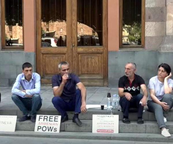 Ադրբեջանում գտնվող հայ գերիների հարազատները կառավարության դիմաց նստացույց են անում