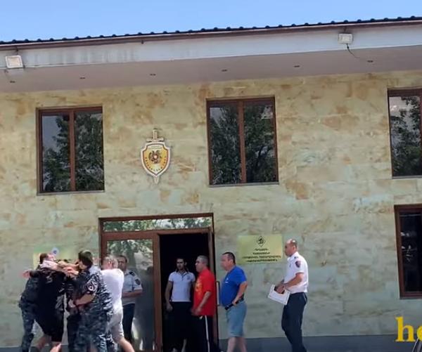 Ծեծկռտուք՝ ոստիկանների մասնակցությամբ. hetq.am (տեսանյութ)